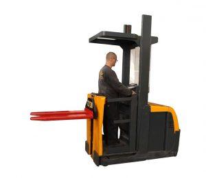 high level weighing order picker at work 3